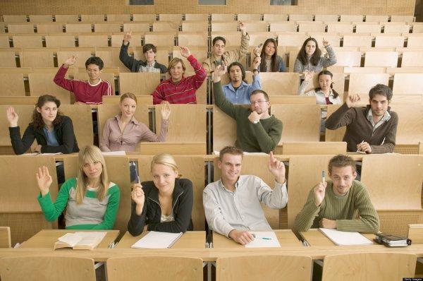 Группа студентов в аудитории на лекции