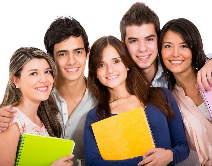 Группа студентов с папками в руках