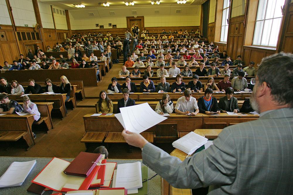 Профессор читает лекцию студентам