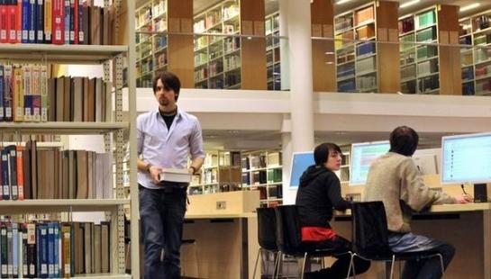 Студент в библиотеке университета