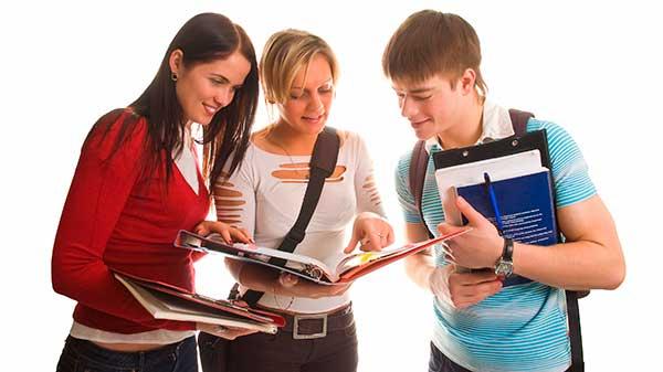Студенты за изучением конспектов