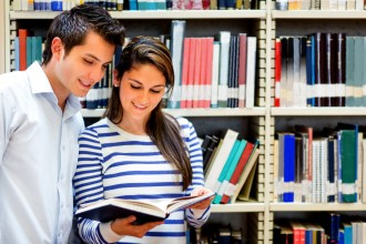 Парень и девушка в библиотеке