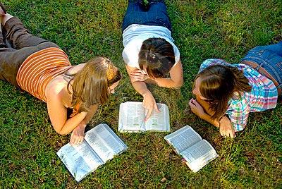Студенты с книгами лежат на газоне