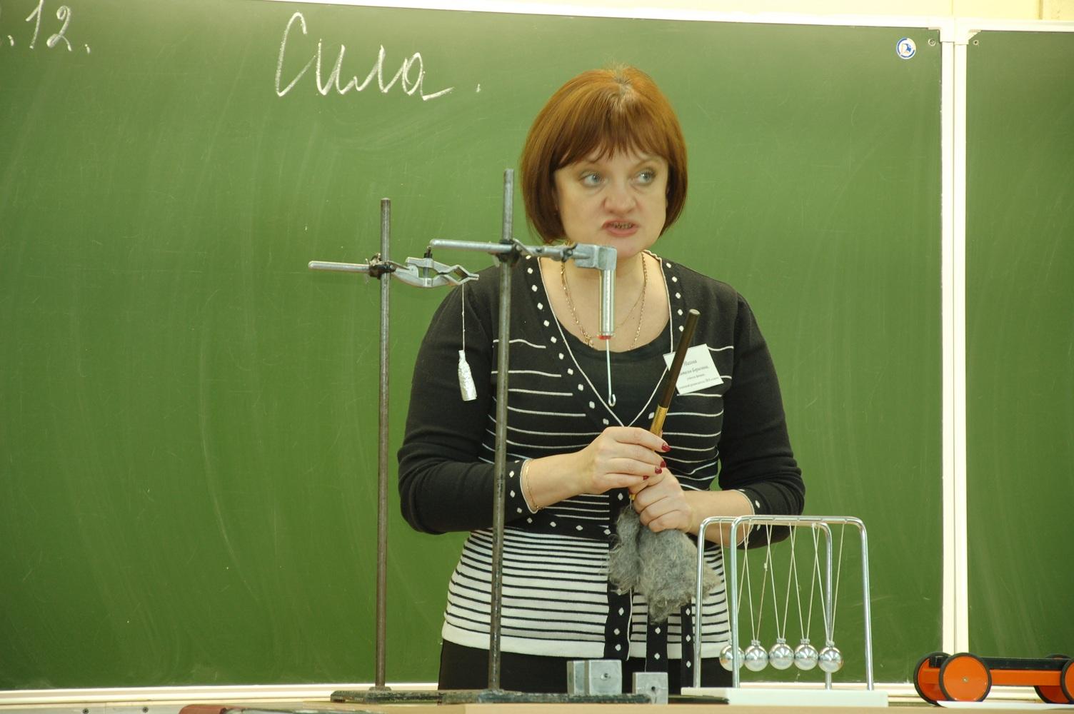 Учитель физики объясняет урок