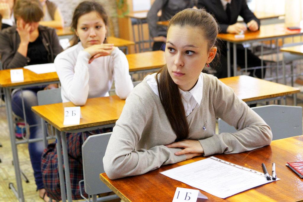 Студенты сидят за партами
