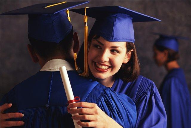 Две обнимающиеся студентки