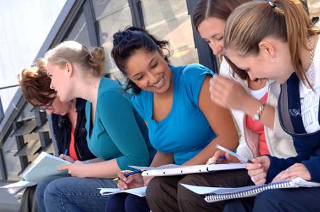 Фото: Группа студентов обсуждает задание
