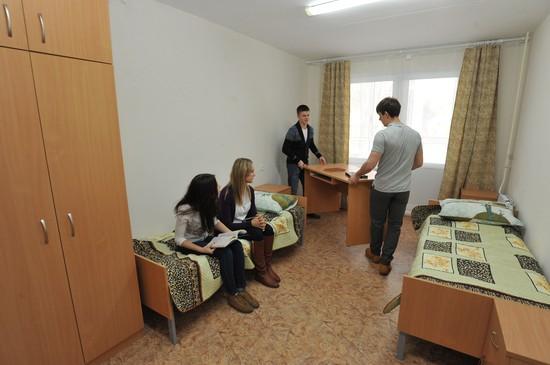 Мальчики-студенты помогают девочкам обустроить комнату