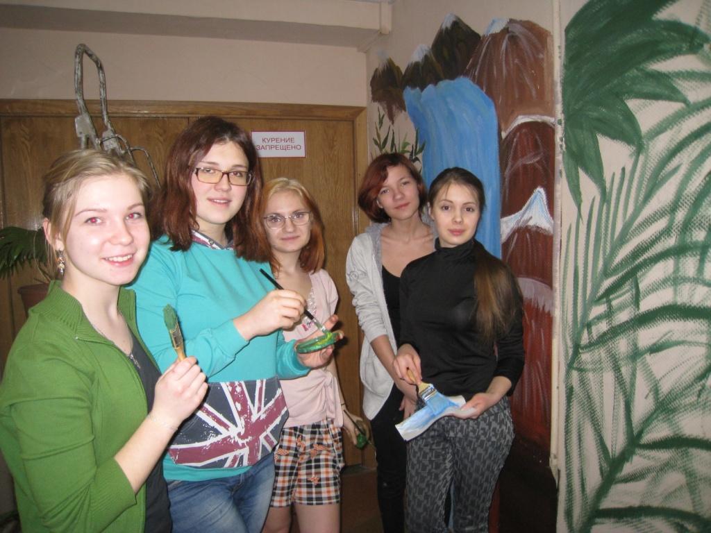 Группа девушек красит стены