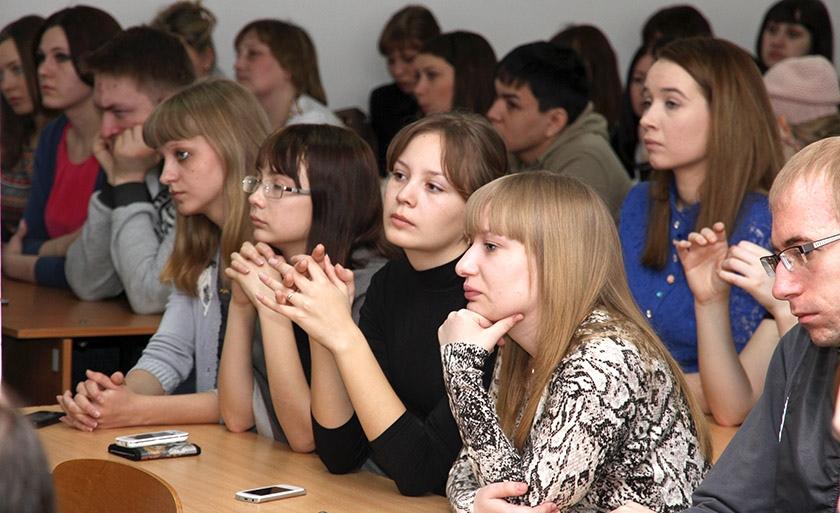 Фото: Группа студентов слушает преподавателя