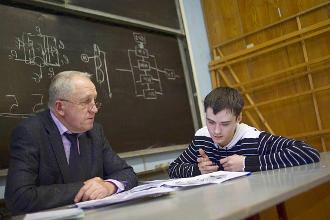 Студент отвечает преподавателю на экзамене