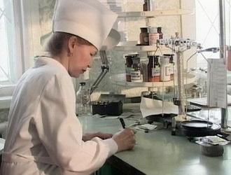 Женщина фармацевт работает над созданием нового препарата