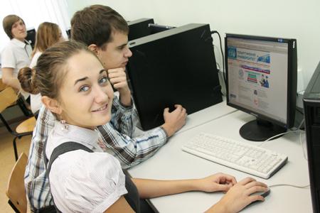 Дети проходят курс обучения информатике