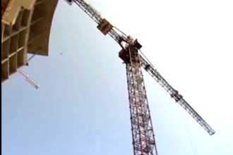 Кран на строительстве дома
