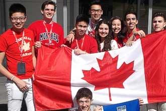 Студенты с канадским флагом
