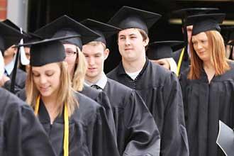 Выпускники идут на награждение