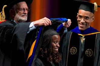 Награждение выпускницы университета