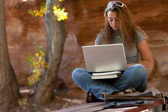 Девушка занимается за компьютером