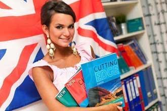 Девушка с книгами на фоне британского флага