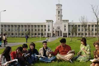 Студенты на лужайке возле университета