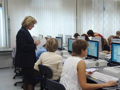 Люди проходят обучение с помощью компьютеров