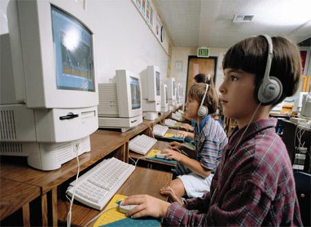 Дети получают образование у компьютера