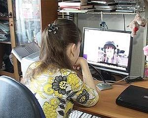 Девочка проходит онлайн обучение
