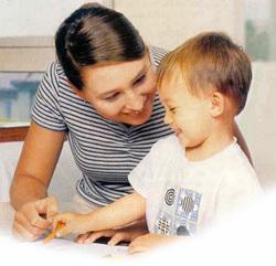 Логопед-практикант проводит занятие с ребенком