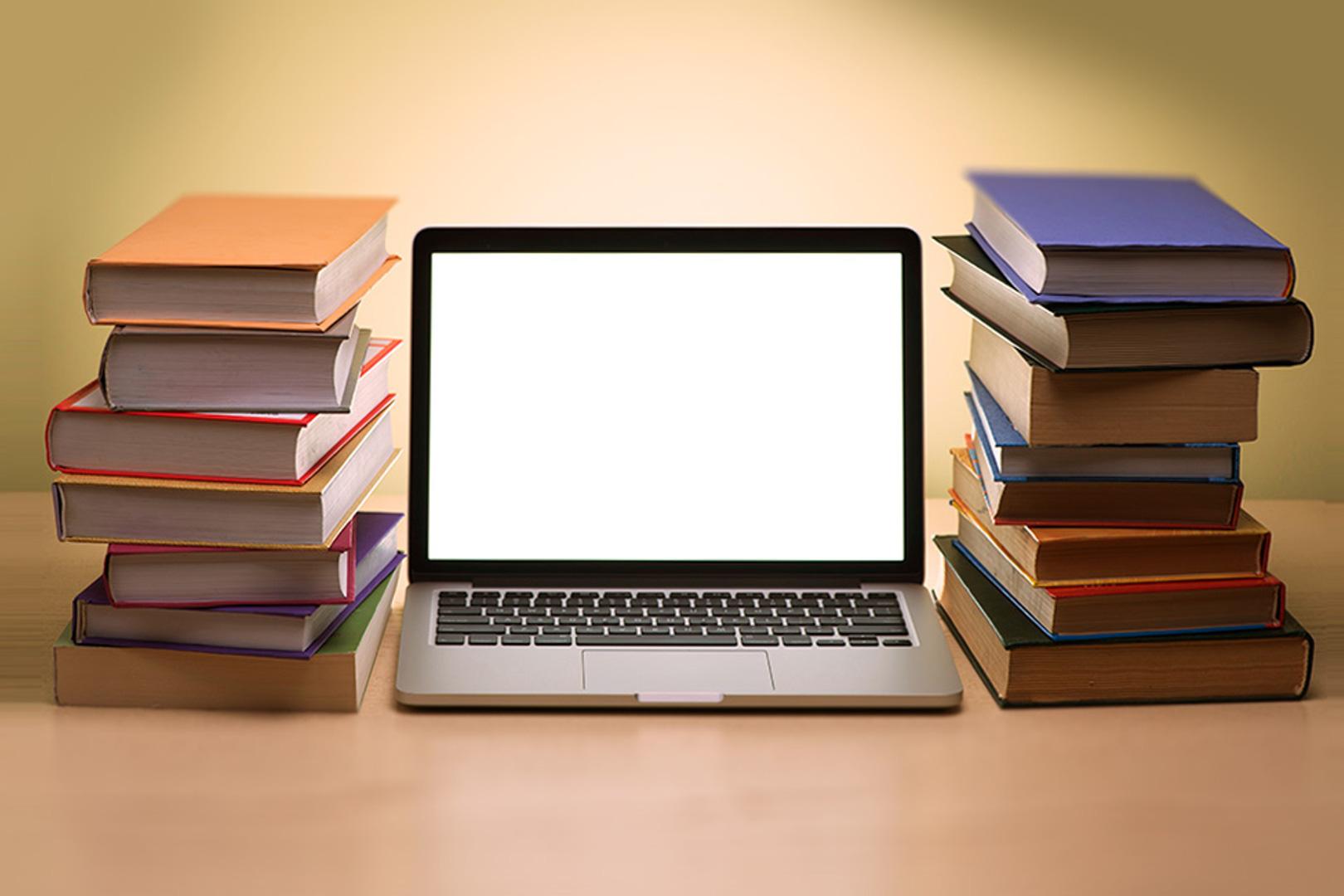 Ноутбук и книги на столе