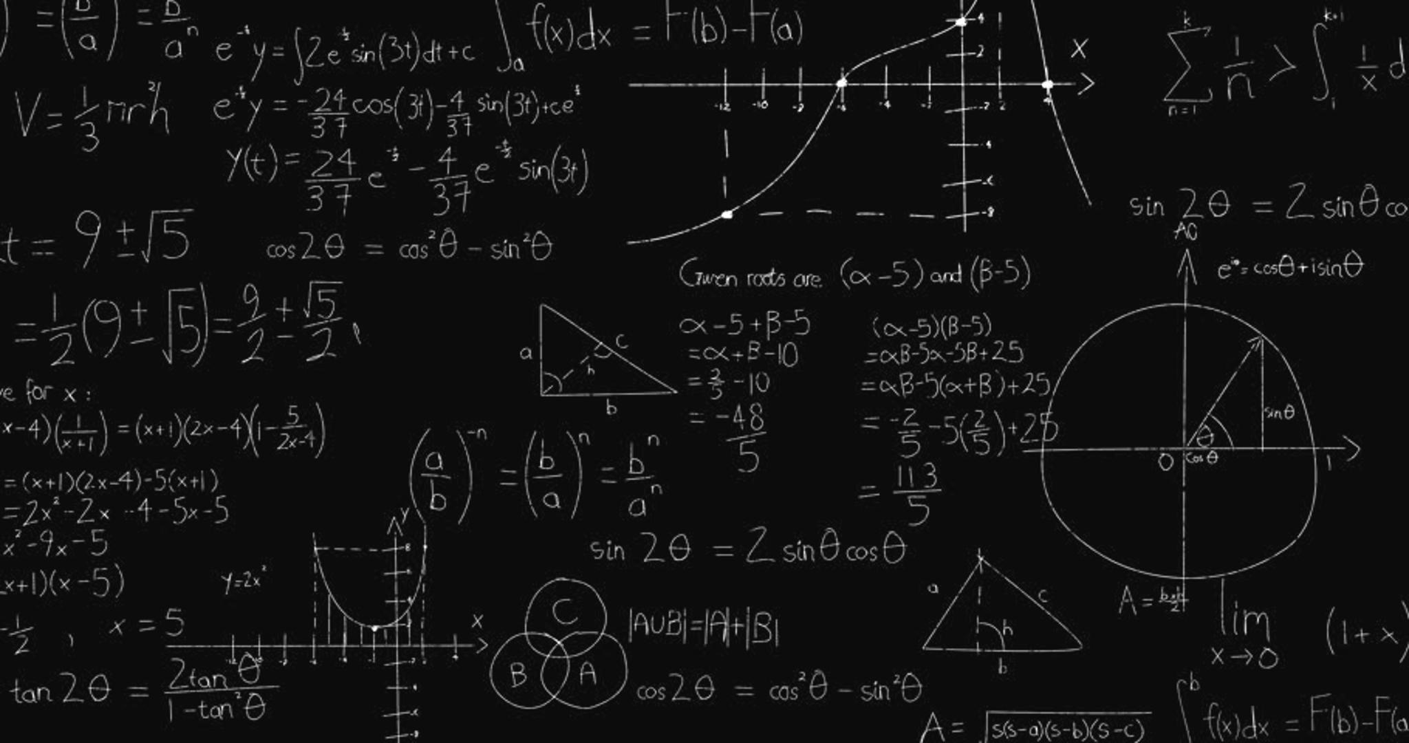 Математические формулы написаны на черной доске мелом