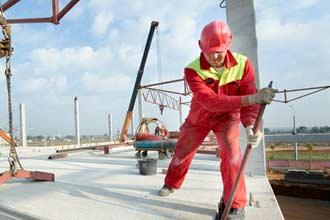 Строитель работает на стройке нового здания