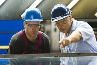 Инженеры-строители обсуждают технические детали нового объекта