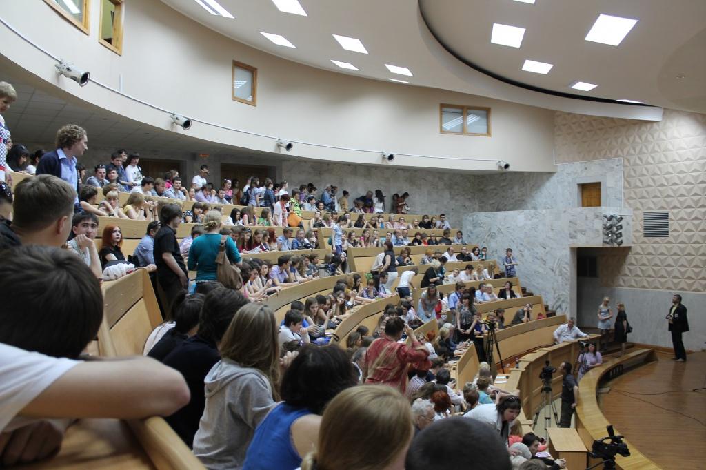 Студенты в аудитории слушают лекцию