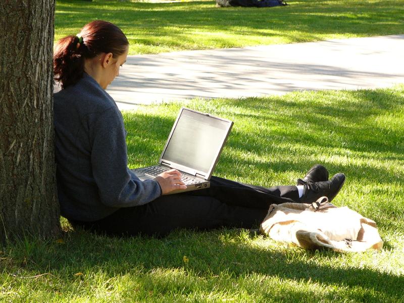 Девушка с ноутбуокм на природе